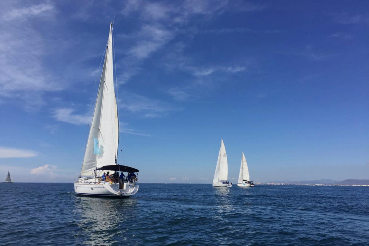 Barcos navegando en el mar